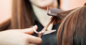 2094708_les-inegalites-homme-femme-chez-le-coiffeur-au-peigne-fin-171045-1